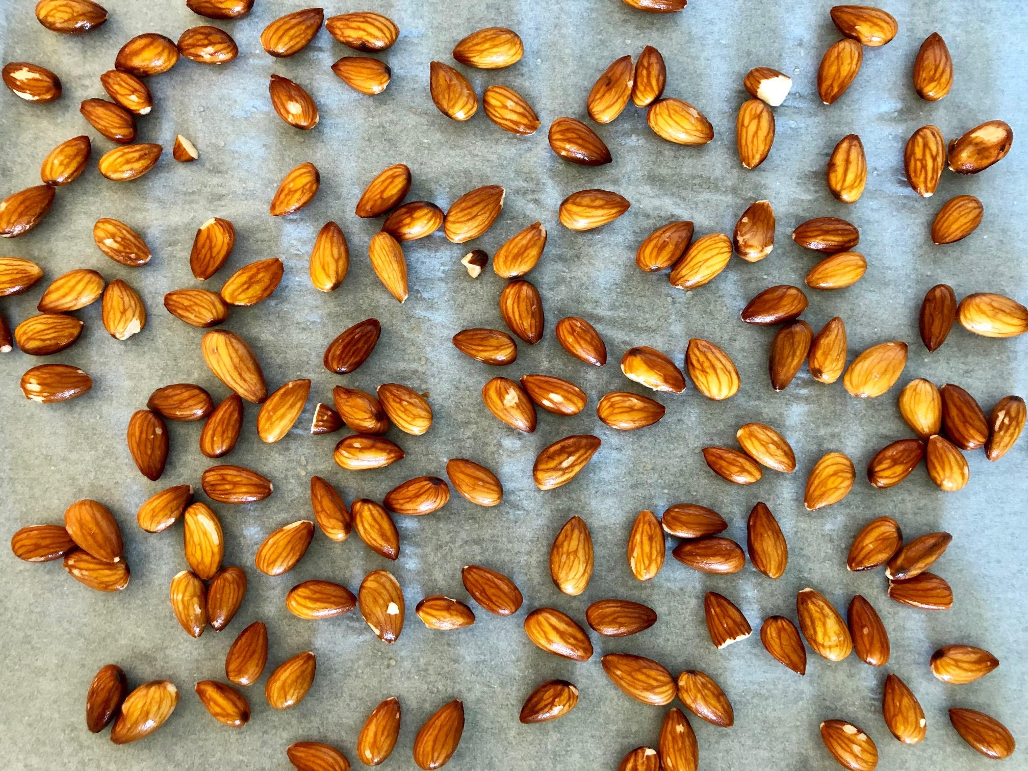 Blötlägga nötter utspridda på en plåt för att torkas