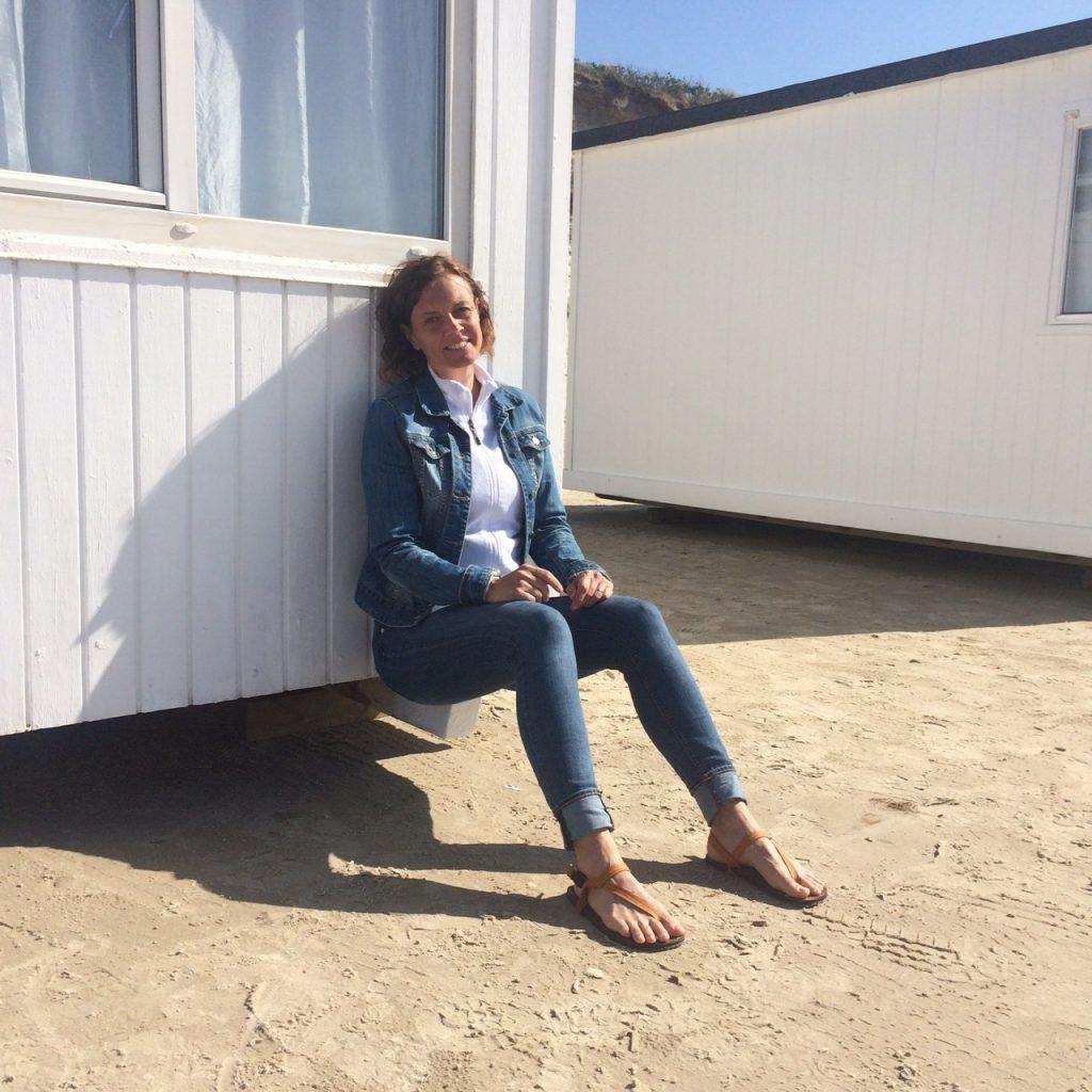 Sitter i solen med sandalerna Earth Runners.