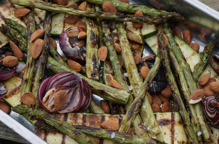 En rostfri plåt med Grillad vårglädje med rostad mandel