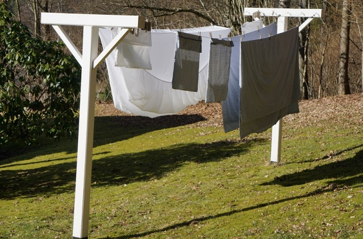 Lakan hänger på tork utomhus, tvättade med tvättnötter