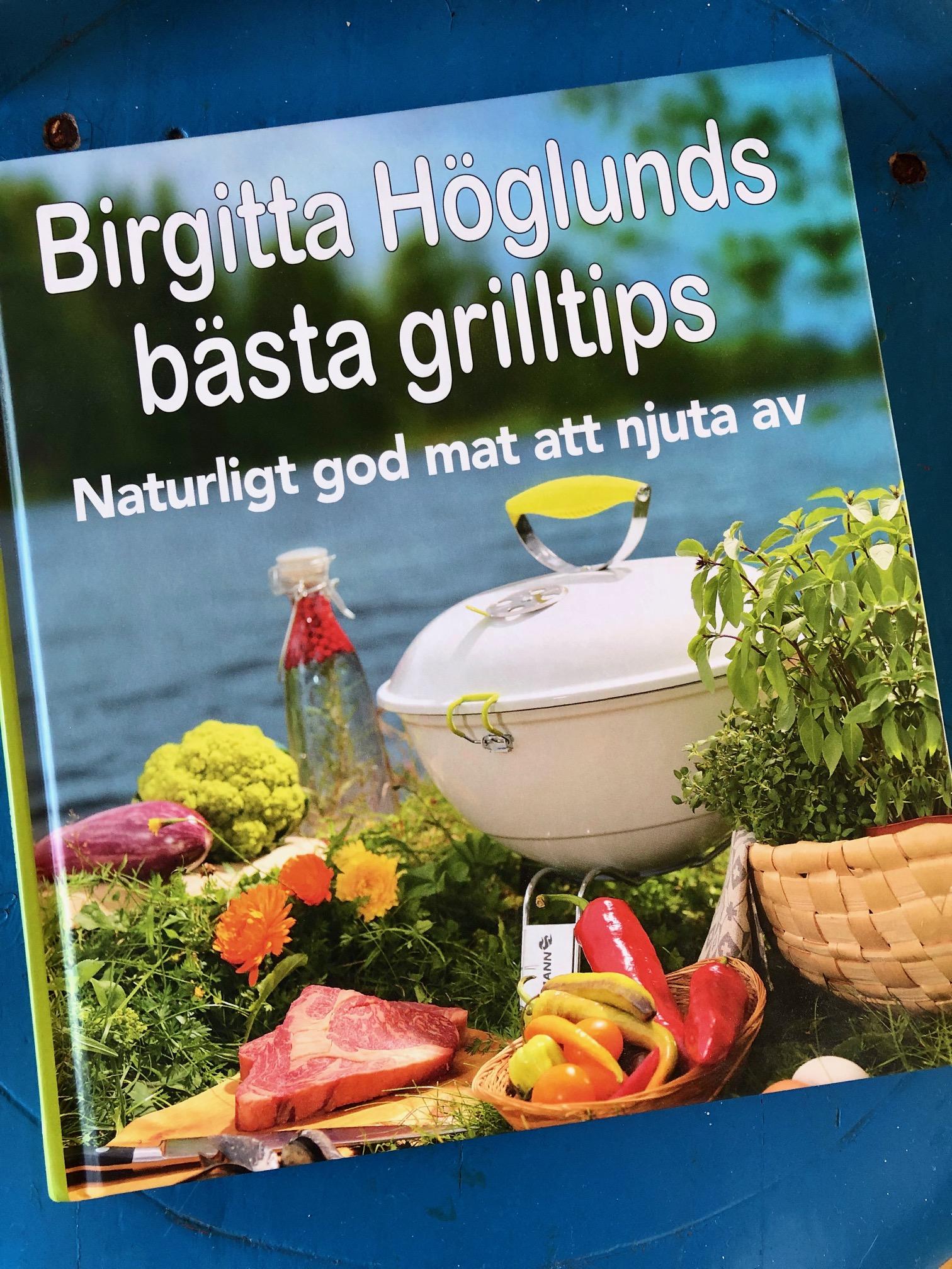 Bild på omslaget av Birgitta Höglunds grillbok