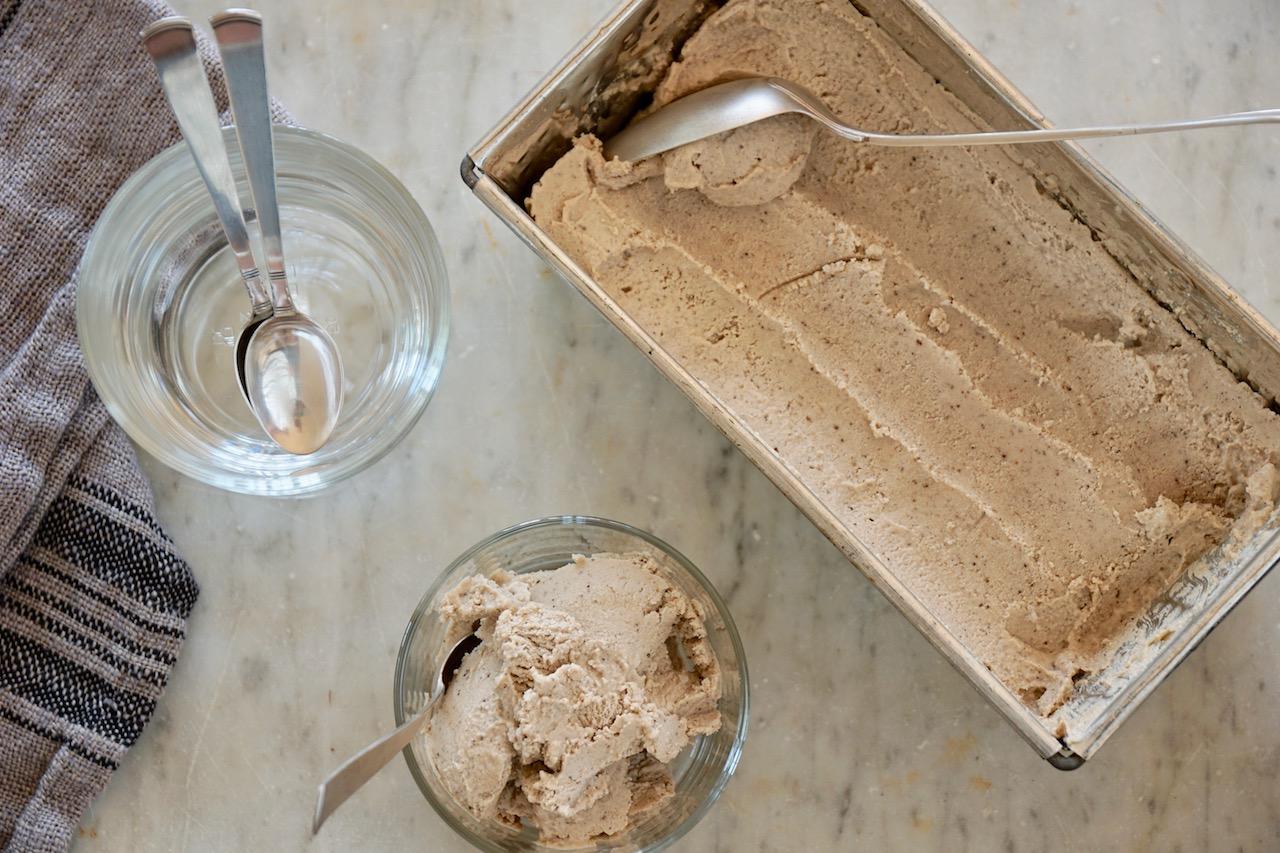 Cashewglass serverat i ett  glass med glassbunken bredvid