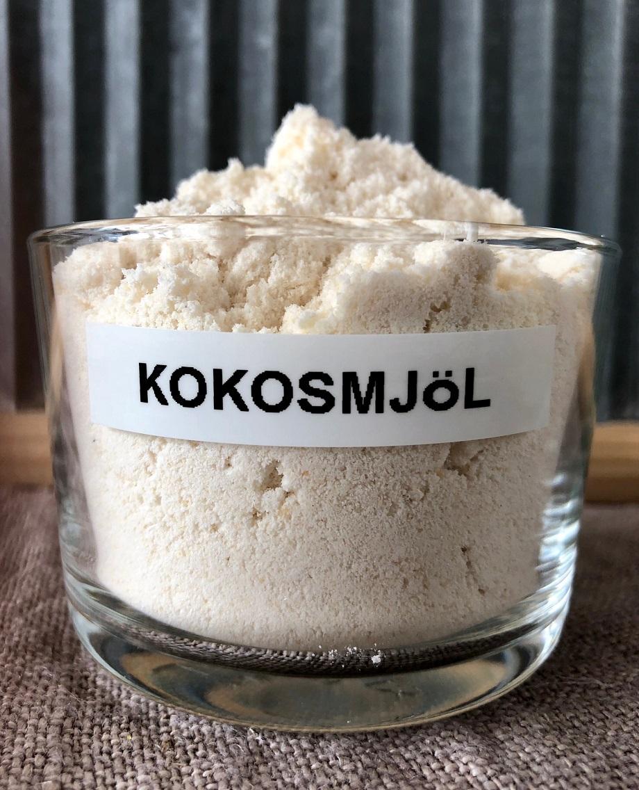 En skål med kokosmjöl