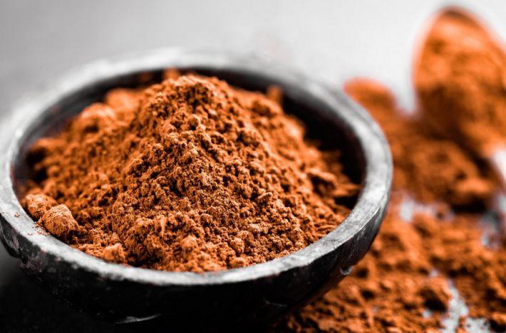 Raw kakao i en skål