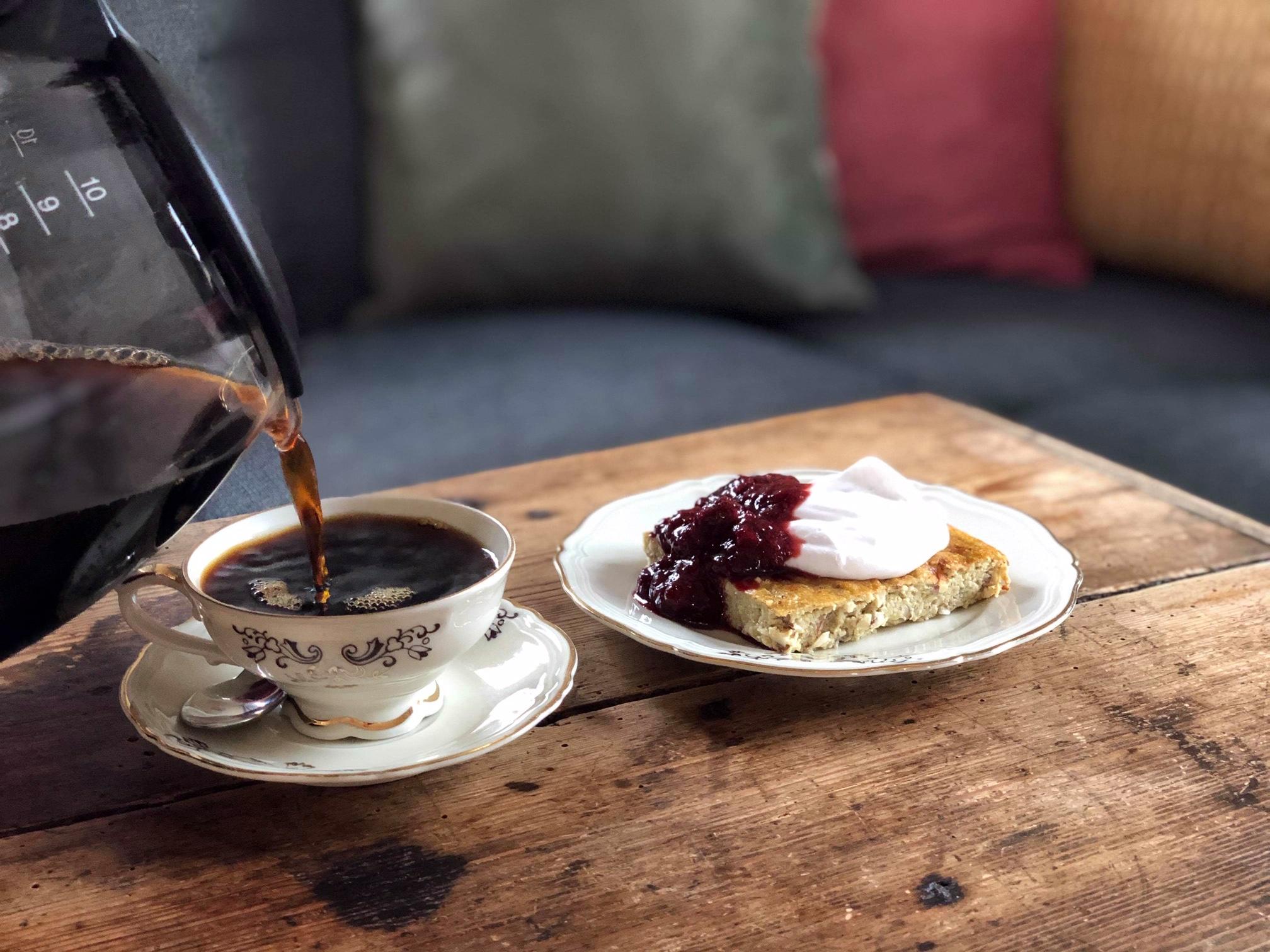 Falsk ostkaka framdukad och kaffe som hälls upp i kopp