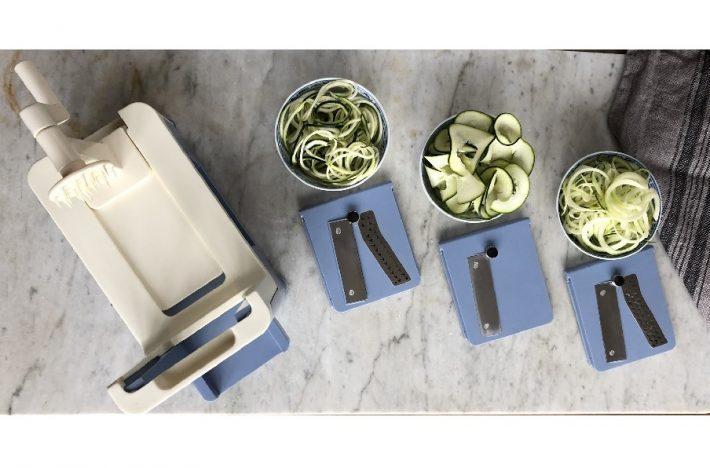 Grönsakssvarv med tre olika skär tillsammans med zucchini