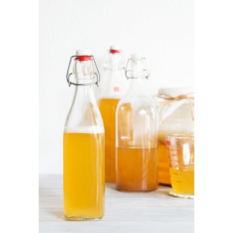 Färdig Kombucha, från ett kombucha kit, på flaskor