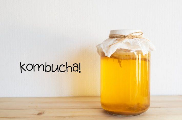 Kombucha i glasburk för jäsning, från ett Kombucha kit