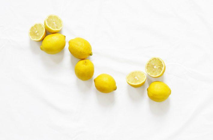 Citroner utspridda på ett bord, fyllda med C-vitamin