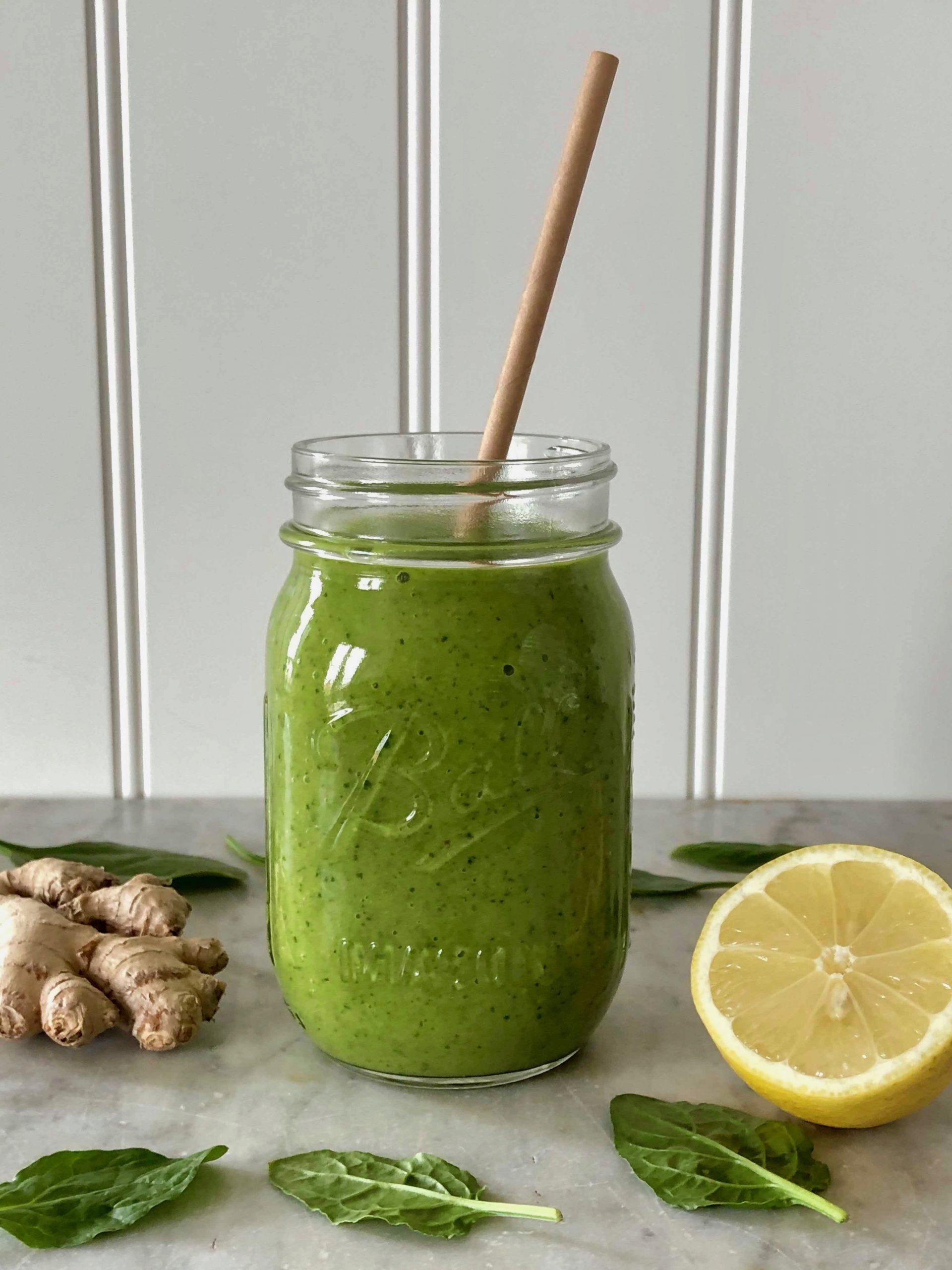 Grön hälsosmoothie i glas redo att avnjutas!