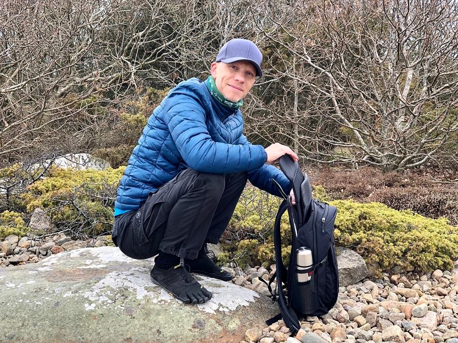 Magnus plockar upp sittunderlag från en ryggsäck