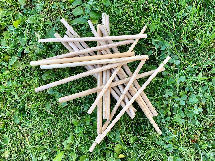 plockepinn med sugrör av svensk vass i gräset