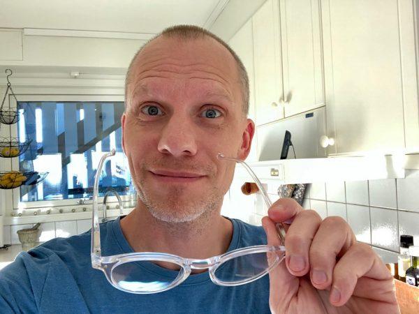 Magnus är på väg att sätta på sig DLIGHTS blåljusblockerande glasögon