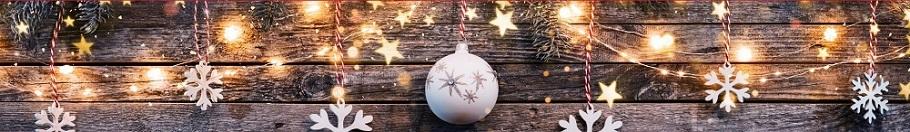 Juldekoration med stjärnor, kulor och ljusslinga