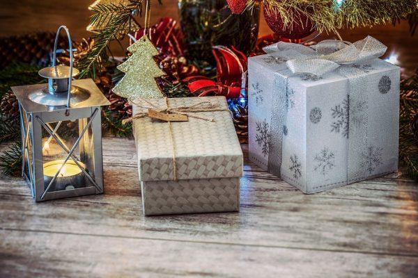 Inslagna julklappar under julgranen jämte en lykta