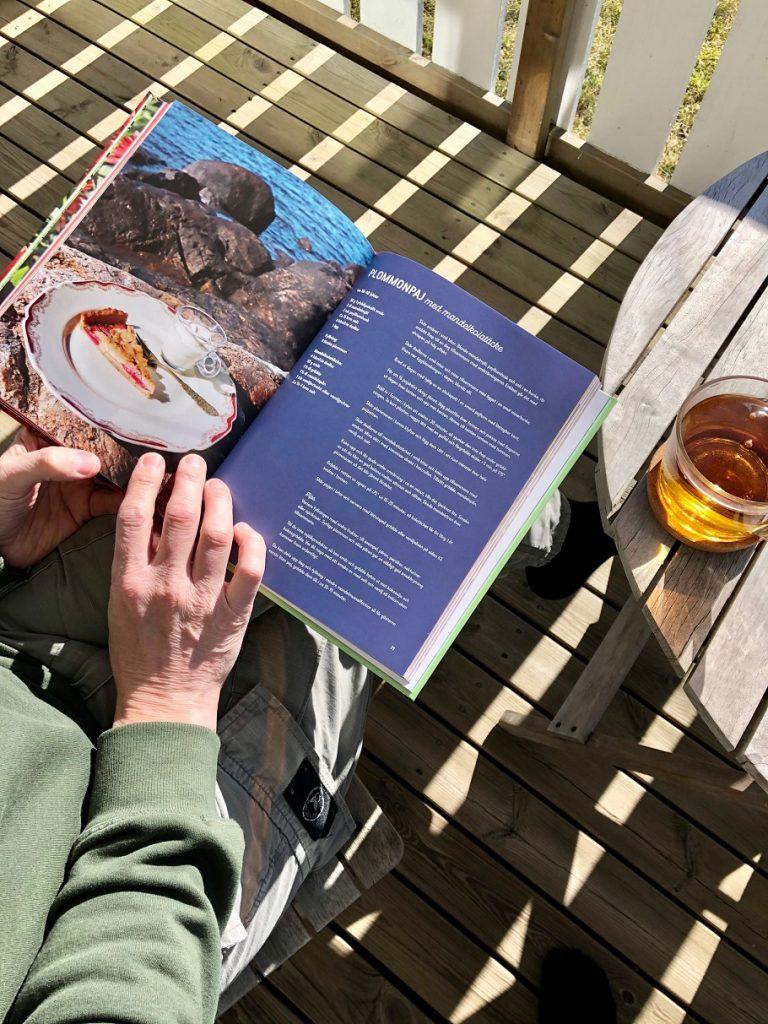 Läser ur Birgitta Höglunds bakbok Baka med frukt och grönt