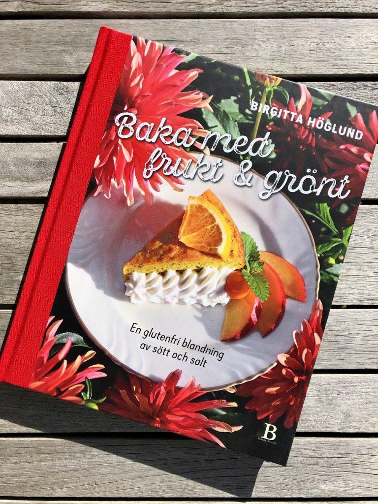 Omslaget till bakboken Baka med frukt och grönt av författaren Birgitta Höglund