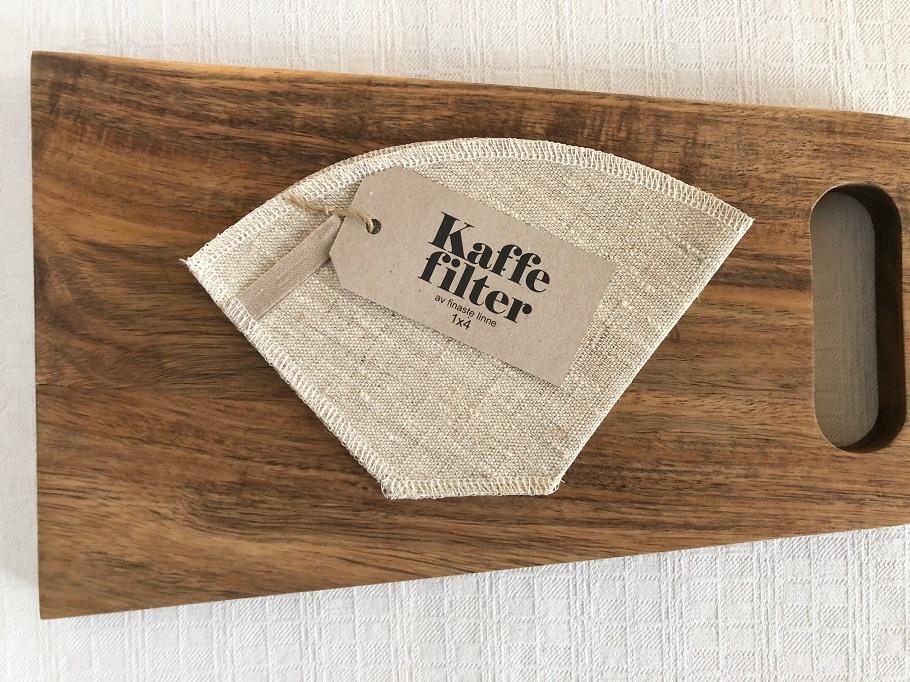 Ekologiskt kaffefilter i linne på en skärbräda