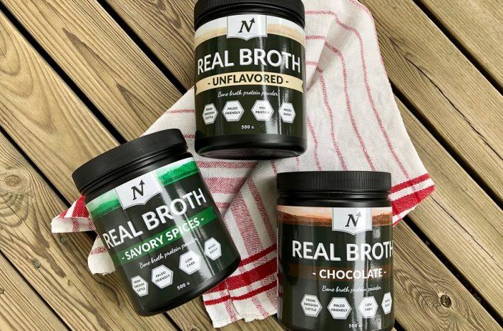 Tre burkar med benbuljongspulver Real Broth i olika smaker